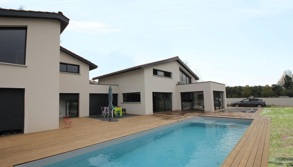 Maison à passerelle vitrée : maison-contemporaine-architecte-fenetre-trapeze-toulouse-7