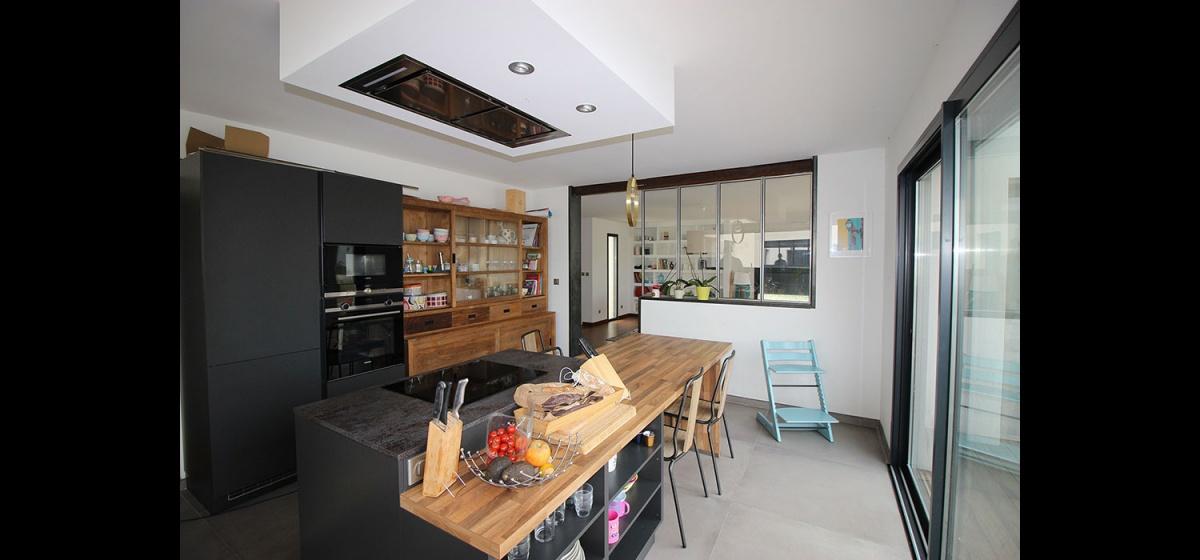 Maison à passerelle vitrée : maison-contemporaine-architecte-fenetre-trapeze-toulouse-11