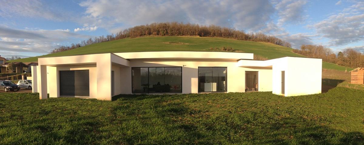 Maison contemporaine en C à toit terrasse végétalisé à ...