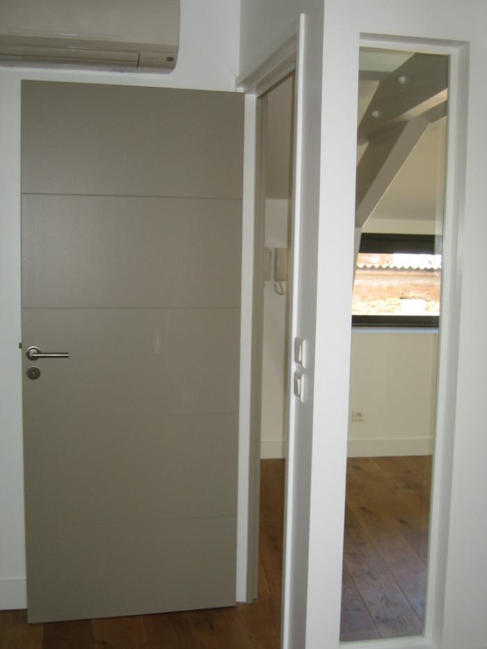 SURÉLÉVATION-d'un appartement en centre ville (réalisée) : Détail baie fixe dans chambre