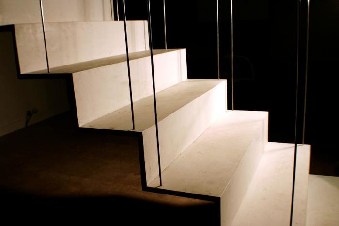 Transformation d'un atelier en loft à Toulouse : escalier béton ductal
