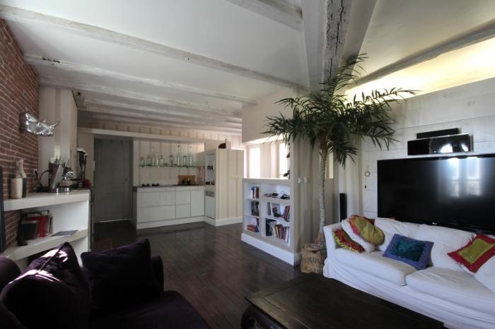Appartement G : salon et cuisine au fond