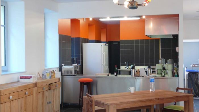 Réhabilitation des thermes d'Encausse en lieu de résidence pour les arts publics : Cuisine salle à manger 02