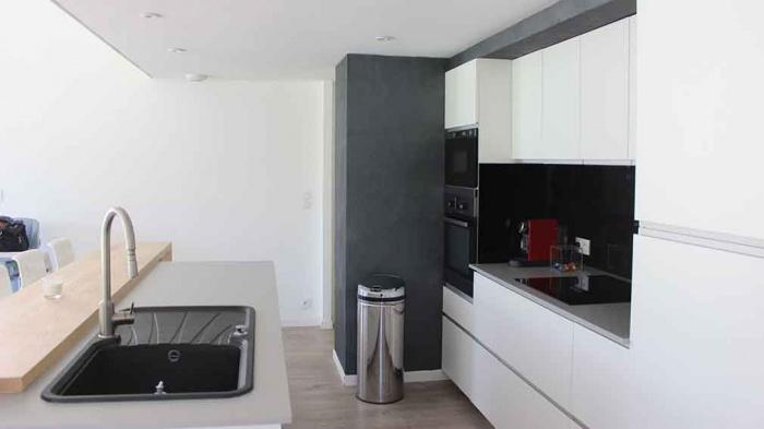 Maison contemporaine avec mezzanine et charpente apparente à ...