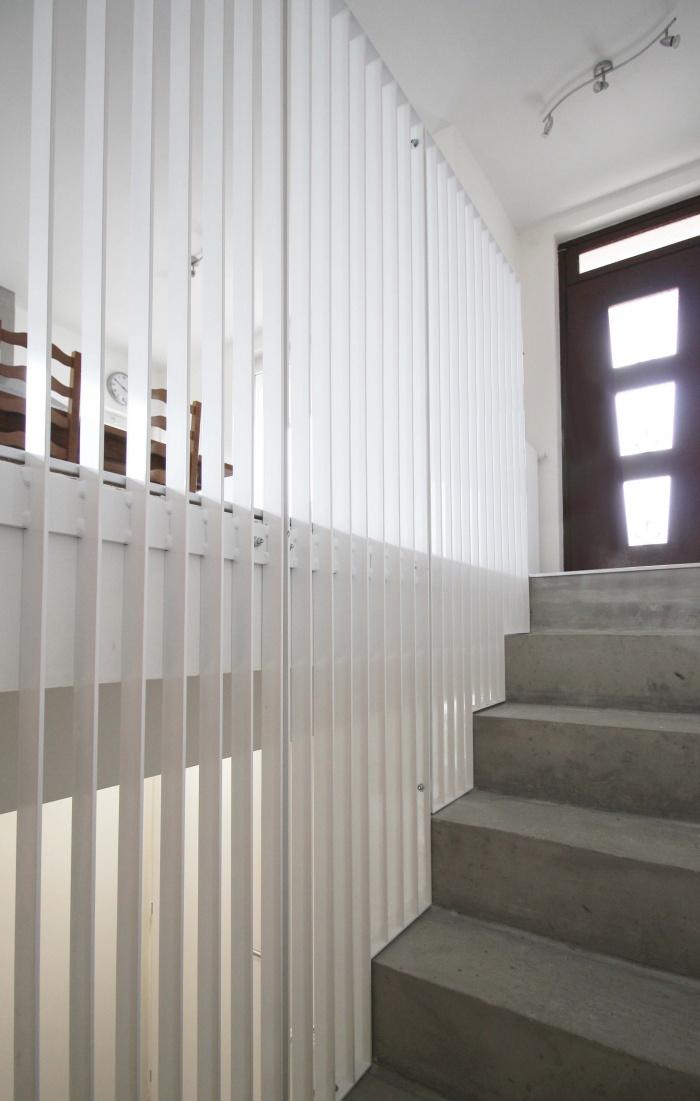 Villa C : Escalier béton brut, allié à un garde-corps conçu sur mesure