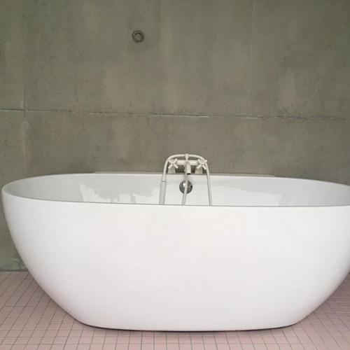 Maison P1 : concrete house- baignoire Lou